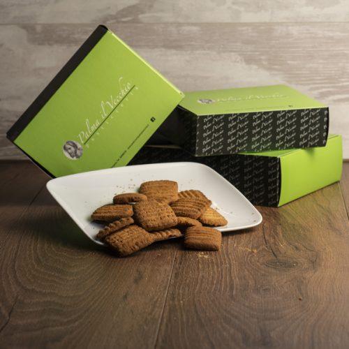 Presentazione del prodotto composta da Biscotti Rigatini su di un piatto e confezioni chiuse